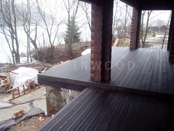 foto terrasu iz dereva u doma